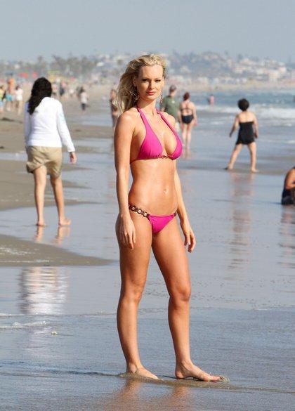 sophie turner pink bikini