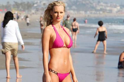 sophie_turner_pink_bikini
