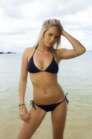 laura-vandervoort_bikini_hottie-1